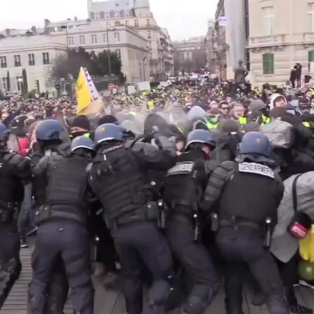 """""""Κίτρινα Γιλέκα"""": Συγκρούσεις με τους αστυνομικούς"""