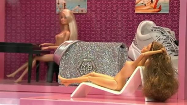 Σάλος για κατάστημα ρούχων που έχει γυμνές μπάρμπι στη βιτρίνα του