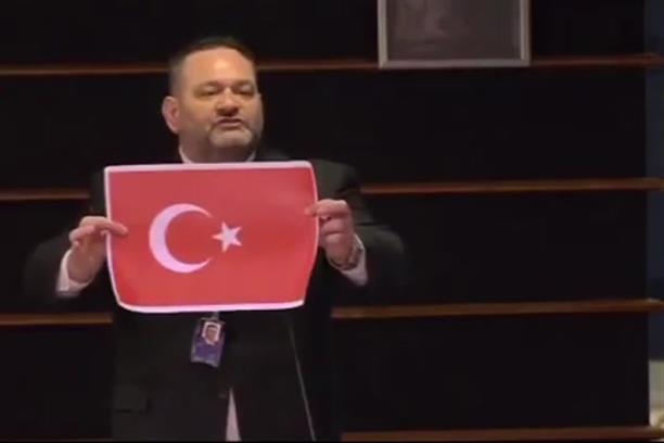 Η στιγμή που ο Γιάννης Λαγός σκίζει σημαία της Τουρκίας, μέσα στην Ευρωβουλή
