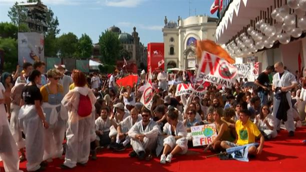 Φεστιβάλ Βενετίας: Ακτιβιστές έκαναν «κατάληψη» στο κόκκινο χαλί
