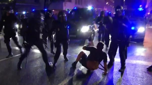 Η αστυνομία συγκρούεται με τους Καταλανούς, καθώς προσπαθεί να διαλύσει τη διαμαρτυρία