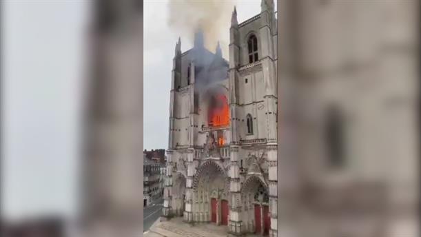 Πυρκαγιά στον καθεδρικό ναό στην Νάντη
