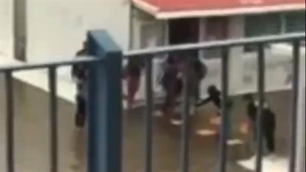 Έφτιαξαν γέφυρα με καρέκλες για να βγουν από το πλημμυρισμένο σχολείο τους