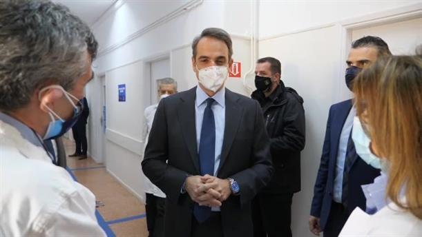 Επίσκεψη Κυριάκου Μητσοτάκη στο εμβολιαστικό κέντρο Πατησίων