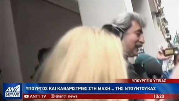 Η «μάχη της ντουντούκας» μεταξύ Πολάκη-Γιαννακου έξω από το Υπ. Υγείας
