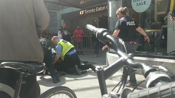 Η στιγμή της σύλληψης ενός υπόπτου για τους πυροβολισμούς στο Τορόντο