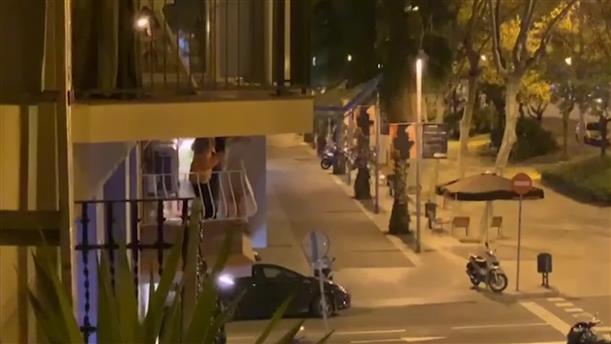 Ισπανοί χειροκροτούν τους εργαζόμενους στην Υγεία από τα μπαλκόνια τους