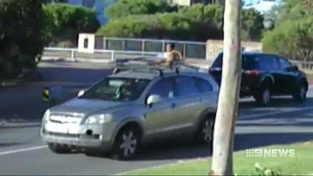 Οδηγούσε εχοντας τον 4χρονο γιο της στην οροφή του αυτοκινήτου