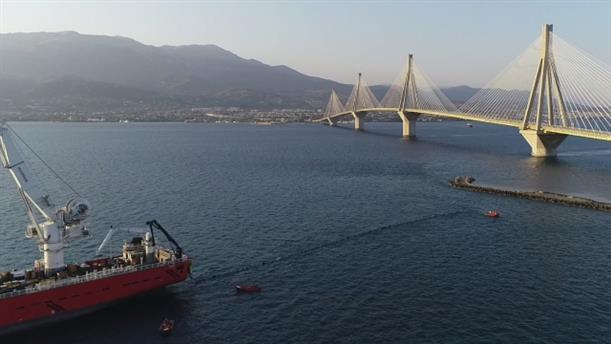 Εικόνες από την πόντιση του πρώτου υποβρύχιου καλωδίου υπερυψηλής τάσης στην Ελλάδα