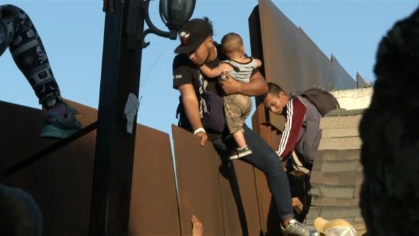 Αμερικανοί συνέλαβαν οικογένεια μεταναστών