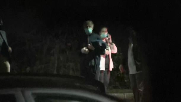 Ο Τζο Μπάιντεν φεύγοντας από τον γιατρό του, μετά το ατύχημα
