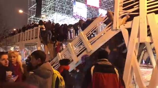 Γέφυρα γεμάτη κόσμο κατέρρευσε λίγα λεπτά μετά την αλλαγή του χρόνου
