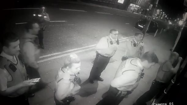 Λίβερπουλ: 200 αστυνομικοί μπούκαραν σε… κλειστό comedy club
