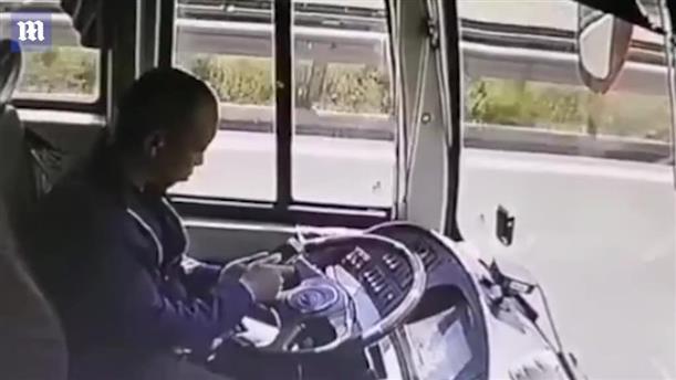 Οδηγός λεωφορείου κοιτάει το κινητό του και προσκρούει σε άλλο όχημα