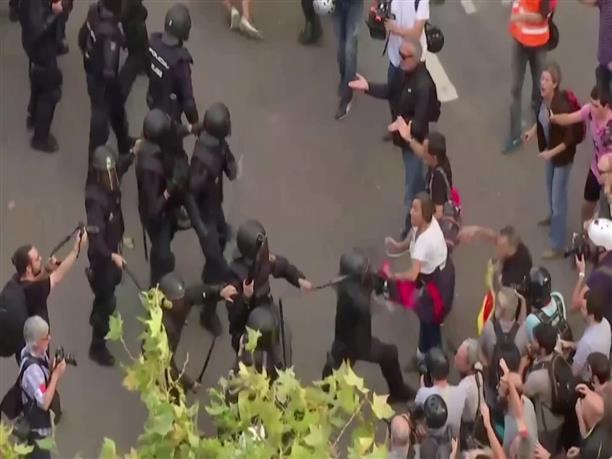 Συγκρούσεις αστυνομικών - διαδηλωτών στη Βαρκελώνη