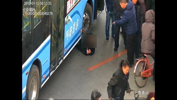 Διάσωση παιδιού από τις ρόδες λεωφορείου