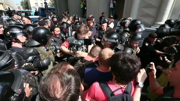 Η ρωσική αστυνομία συνέλαβε σήμερα μπροστά στο δημαρχείο της Μόσχας δεκάδες ανθρώπους που συμμετείχαν σε συγκέντρωση