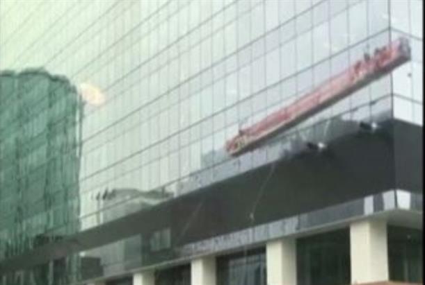 Στιγμές τρόμου για καθαριστές τζαμιών σε ουρανοξύστη 66 ορόφων