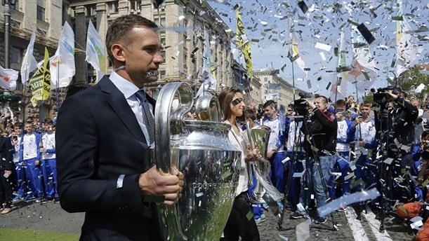 Μεγαλοπρεπής η υποδοχή του τροπαίου του Champions League στο Κίεβο