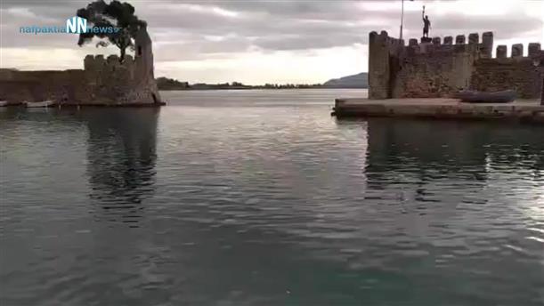 Ναύπακτος: Αγιασμός των υδάτων από ιερέα
