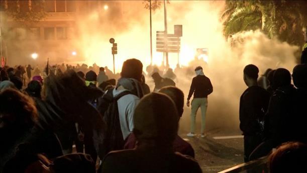 Συνεχίζονται τα επεισόδια και οι φωτιές στη Βαρκελώνη