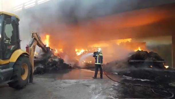 Πυρκαγιά σε ρυμουλκό με αχυρόμπαλες κάτω από την Εγνατία Οδό