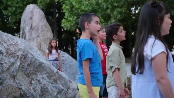 Μαθητές και καθηγητές του Μουσικού Εργαστηρίου Γιαννιτσών τραγουδούν μαζί