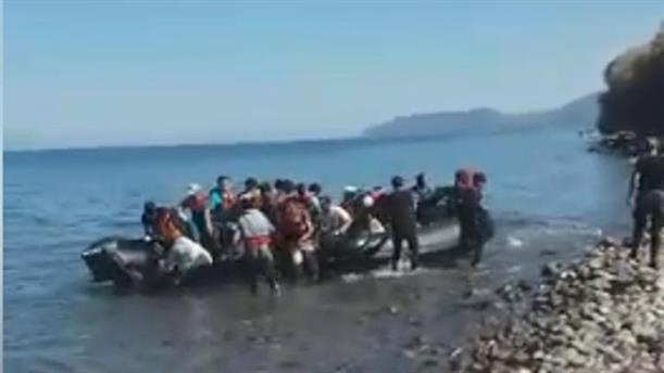 Bίντεο ντοκουμέντο:  Η στιγμή που φτάνουν βάρκες με μετανάστες στη Συκαμιά