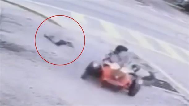"""Τρίχρονο κοριτσάκι """"πετάγεται"""" από μοτοσικλέτα"""