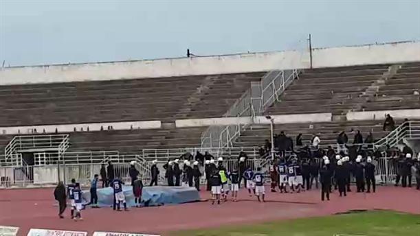 Οπαδοί του Αιγάλεω εναντίον των παικτών της ομάδας τους