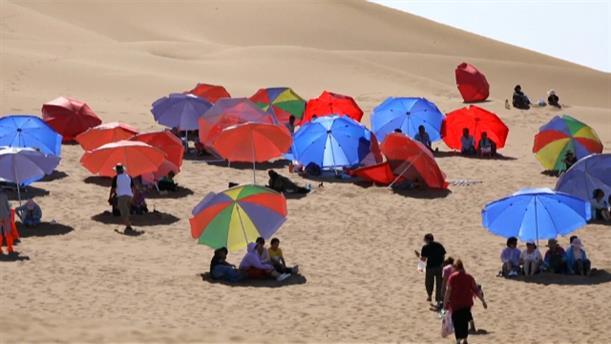 Ο καύσωνας προσελκύσει τουρίστες για αμμοθεραπεία στην έρημο της Κϊνας