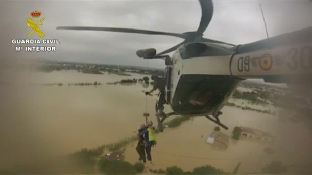 Διάσωση με ελικόπτερα στην πλημμυρισμένη Ισπανία