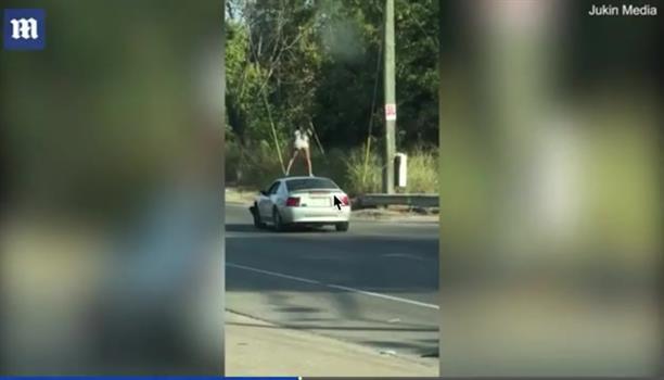 Νεαρή κάνει twerking σε οροφή αυτοκινήτου... εν κινήσει