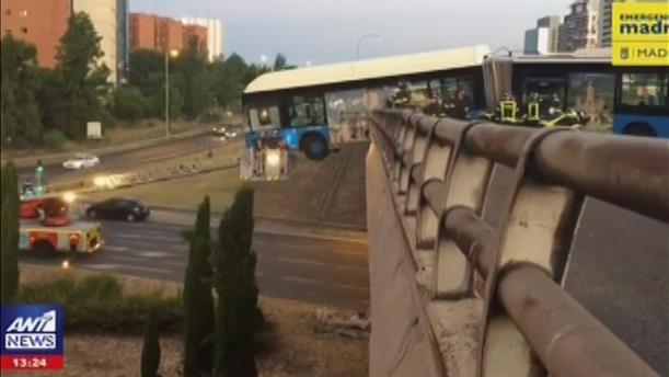 """Λεωφορείο """"κρεμάστηκε"""" από γέφυρα"""