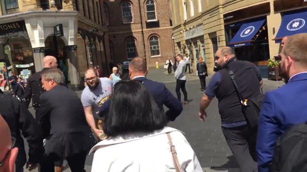 Η στιγμή που διαδηλωτής πετάει µίλκσεϊκ στον Φάρατζ