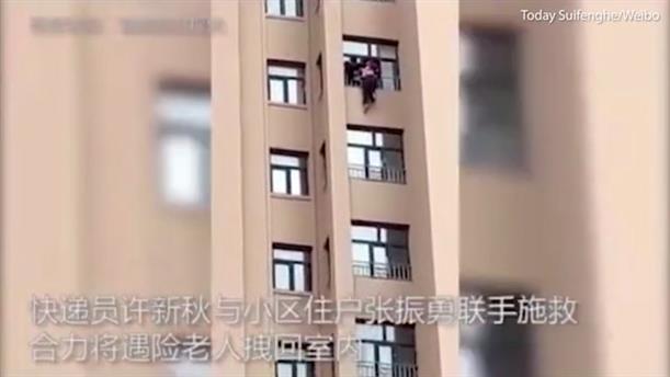 Διάσωση γυναίκας που πήγε να πέσει από το παράθυρο διαμερίσματος πολυκατοικίας