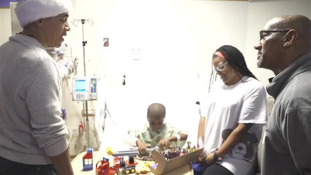 Ο Μπ. Ομπάμα ντύθηκε Άγ. Βασίλης και μοίρασε δώρα σε παιδικό νοσοκομείο