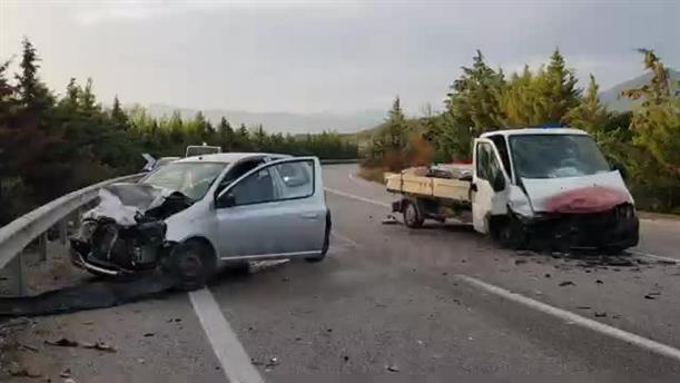 Σφοδρή μετωπική σύγκρουση ΙΧ με ημιφορτηγό στη Λαμία