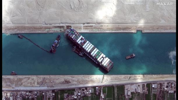Άκαρπες οι προσπάθειες για την αποκόλληση του πλοίου από το Σουέζ