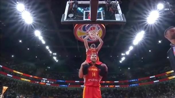 Oι παίκτες της Ισπανίας γιορτάζουν την κατάκτηση του Παγκοσμίου Κυπέλλου Μπάσκετ