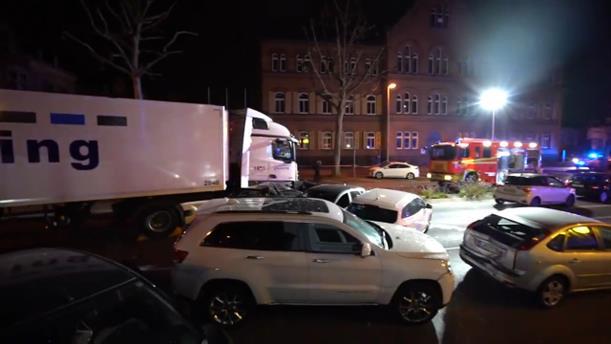 Κλεμμένο φορτηγό έπεσε πάνω σε αυτοκίνητα στη Γερμανία