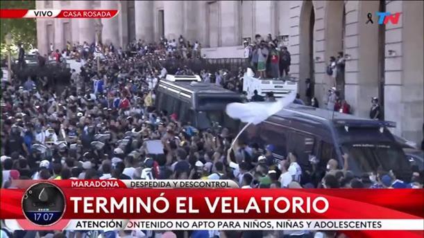 Χιλιάδες κόσμου συνόδευσαν τον Μαραντόνα στην τελευταία του κατοικία