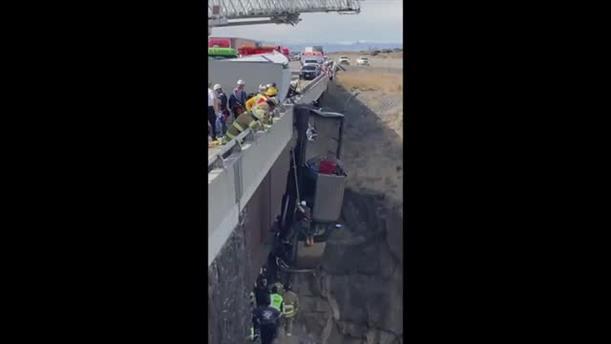 Διάσωση από φορτηγό που κρέμεται από γέφυρα