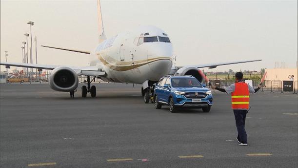 Βίντεο με αυτοκίνητο που μετακινεί αεροπλάνο στη Σαγκάη