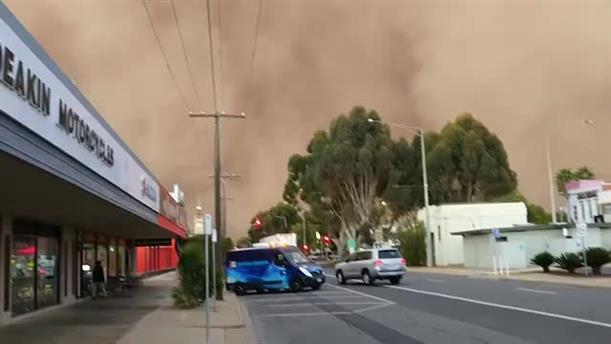 Τεράστια αμμοθύελλα σκεπάζει ολόκληρη πόλη στην Αυστραλία