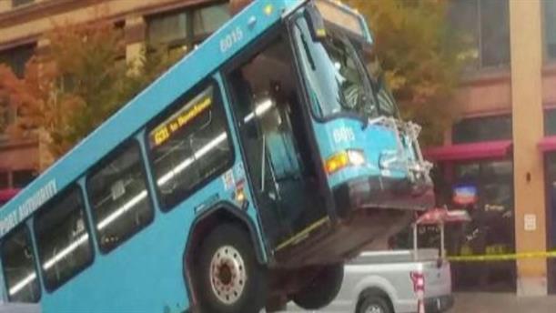 """Υπόνομος """"κατάπιε"""" αστικό λεωφορείο"""
