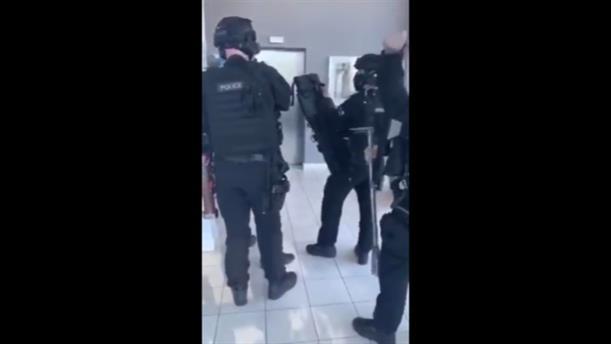 Συνέλαβαν άντρα που πυροβολούσε από το μπαλκόνι του