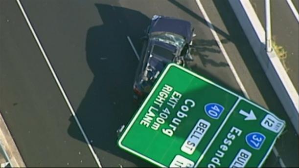 Πινακίδα καταπλάκωσε αμάξι σε αυτοκινητόδρομο στην Αυστραλία