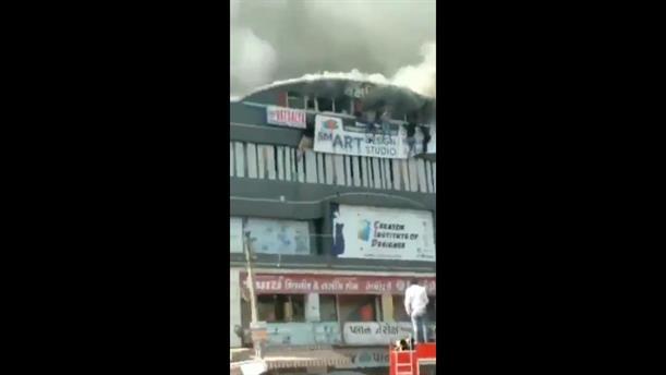 Ινδία: Φοιτητές πηδούν στο κενό από φλεγόμενο κτήριο