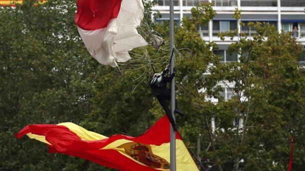 Ισπανία: Αλεξιπτωτιστής έπεσε πάνω σε κολώνα φωτισμού